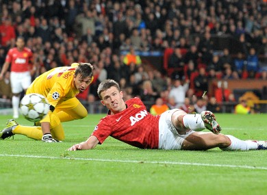 Manchester United's Michael Carrick goes round Galatasary goalkeeper Nestor Fernando Muslera and scores their first goal of the game.