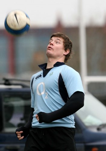 Brian O'Driscoll plays with a soccer ball 30/3/2007