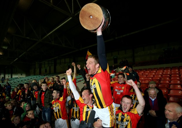 Patrick Donnelly lifts the cup 26/10/2012Ê